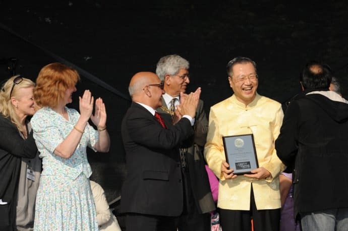 Master Jun Hong Lu received World Peace Award (Buddhism) fromthe Deputy Mayor of London and members of parliament