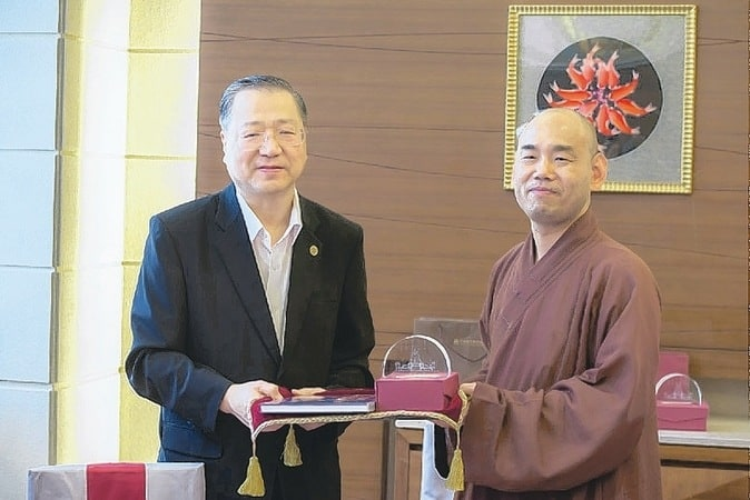 Master Jun Hong Lu at Chung Tai Chan Monastery