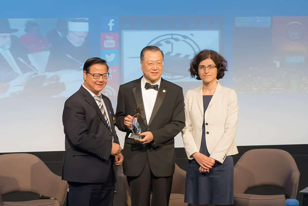 "Master Lu is presented with the ""Culture of Peace Outstanding Achievement Award"" by the representative from UNESCO New York office at the Museum of Tolerance, Los Angeles"