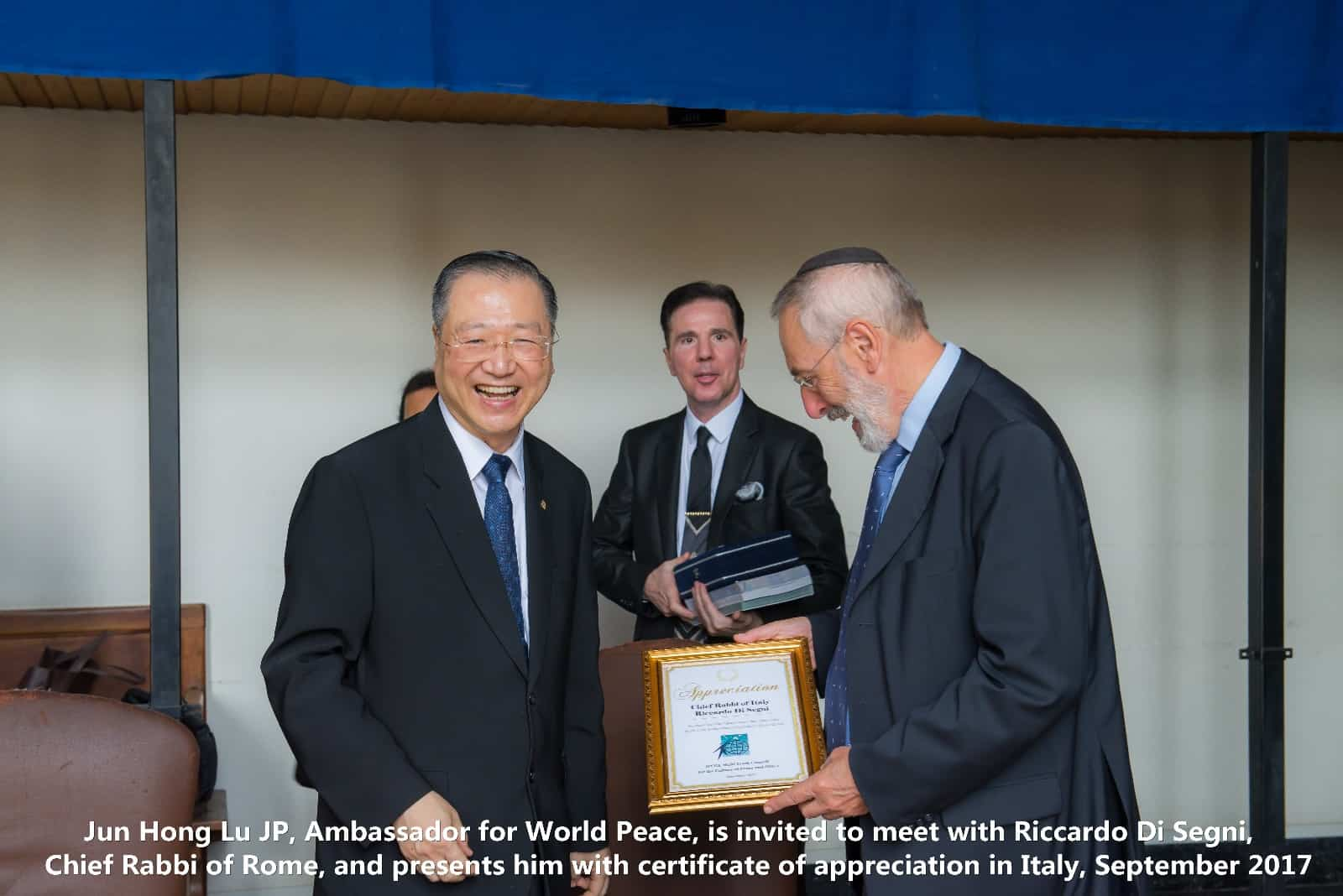 Master Jun Hong Lu meets with Ricardo Di Segni, Chief Rabbi of Rome, and presents him with certificates of appreciation in Italy, September 2017